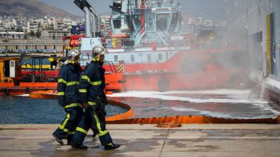 Πυροσβέστες σε κατάσβεση φωτιάς σε πλοίο-Λιμάνι