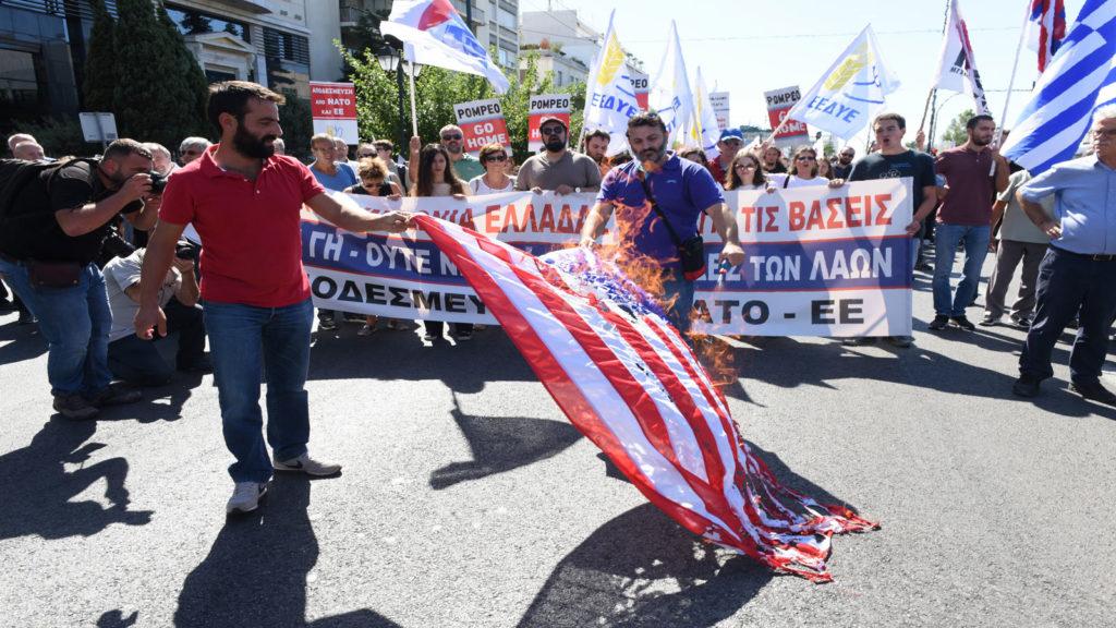 Πορεία ΠΑΜΕ για επίσκεψη Πομπεο-συμφωνία για τις βάσεις-Κάψιμο σημαίας ΗΠΑ στην Αμερικανική πρεσβεία