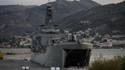 Αρματαγωγό Πλοίο του ΠΝ σε νησί
