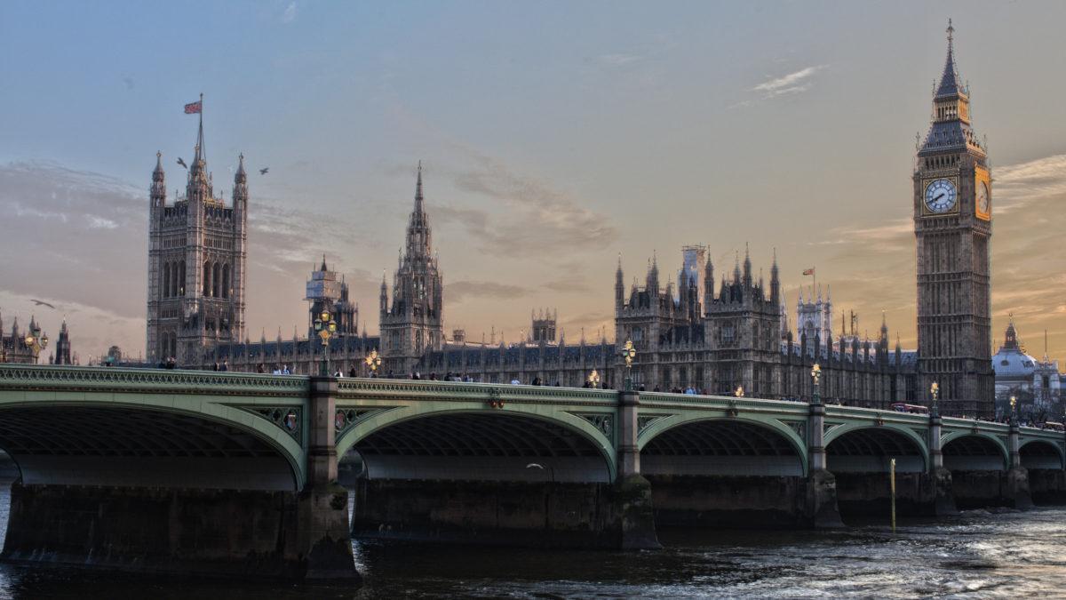 Britain_bridge-over-river-in-city