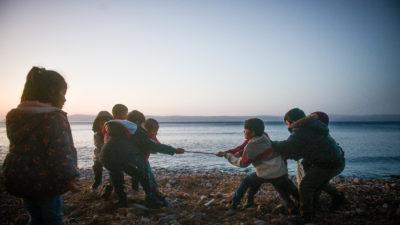 Μετανάστες παιδιά σε παραλία στη Λέσβο