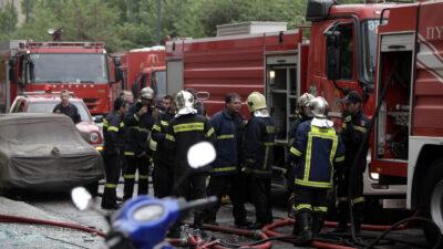 Πυροσβέστες σε αστική πυρκαγιά