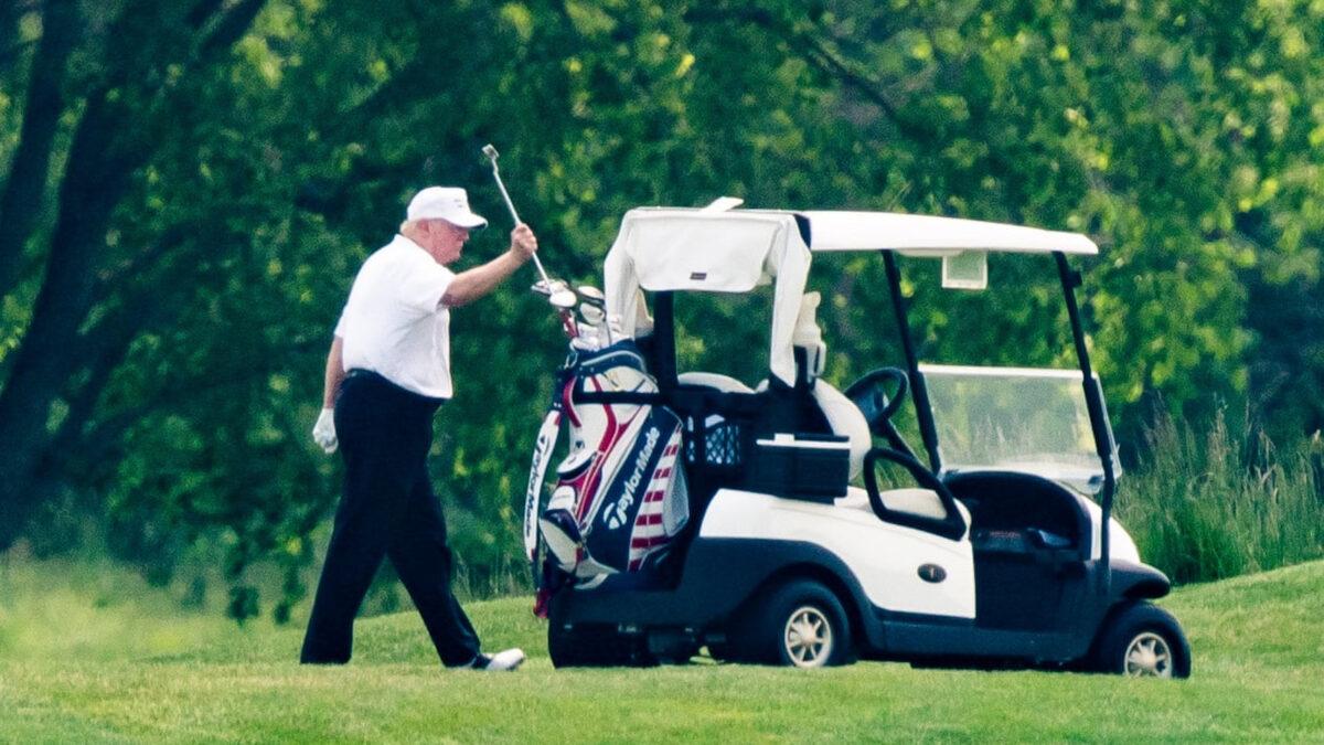 Ο Τραμπ παίζει γκολφ