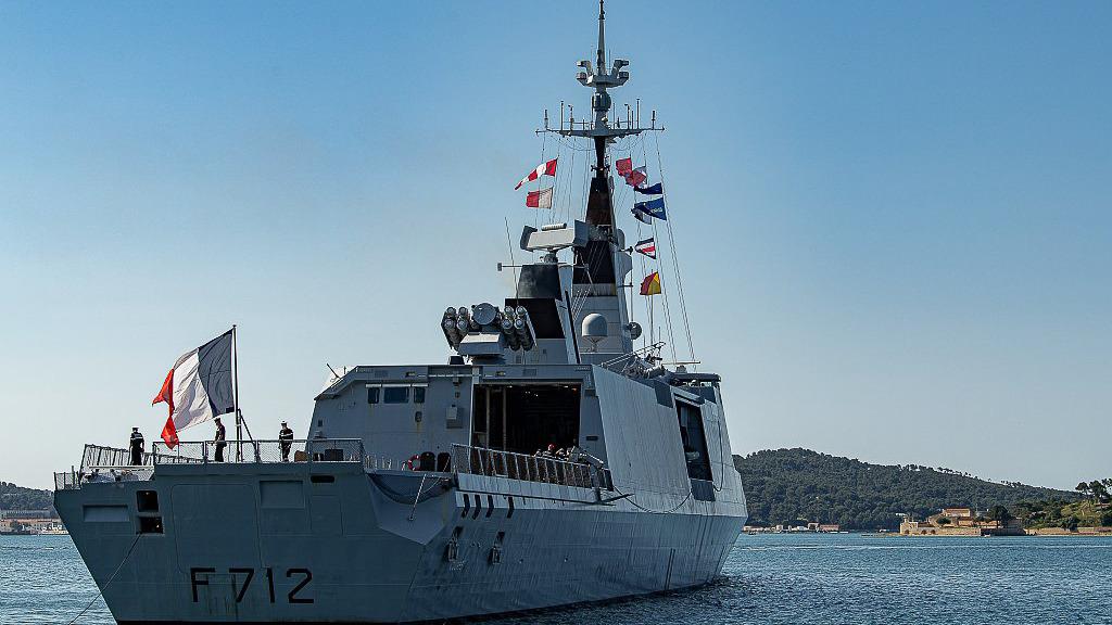 Φρεγάτα του γαλλικού Ναυτικού Courbet με τις σημαίες της EUROMAVFOR και του NATO ενώ αποπλέει από Τουλόν-πλοίο