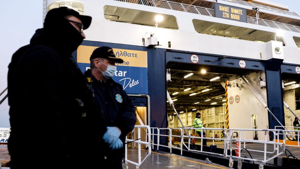 Λιμενικοί με μάσκα στο λιμάνι του Πειραιά