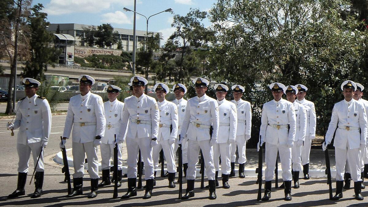 Λιμενικοί σε παράταξη με αφορμή τα αποκαλυπτήρια του μνημείου πεσόντων στο Υπουργείο Ναυτιλίας το 2018
