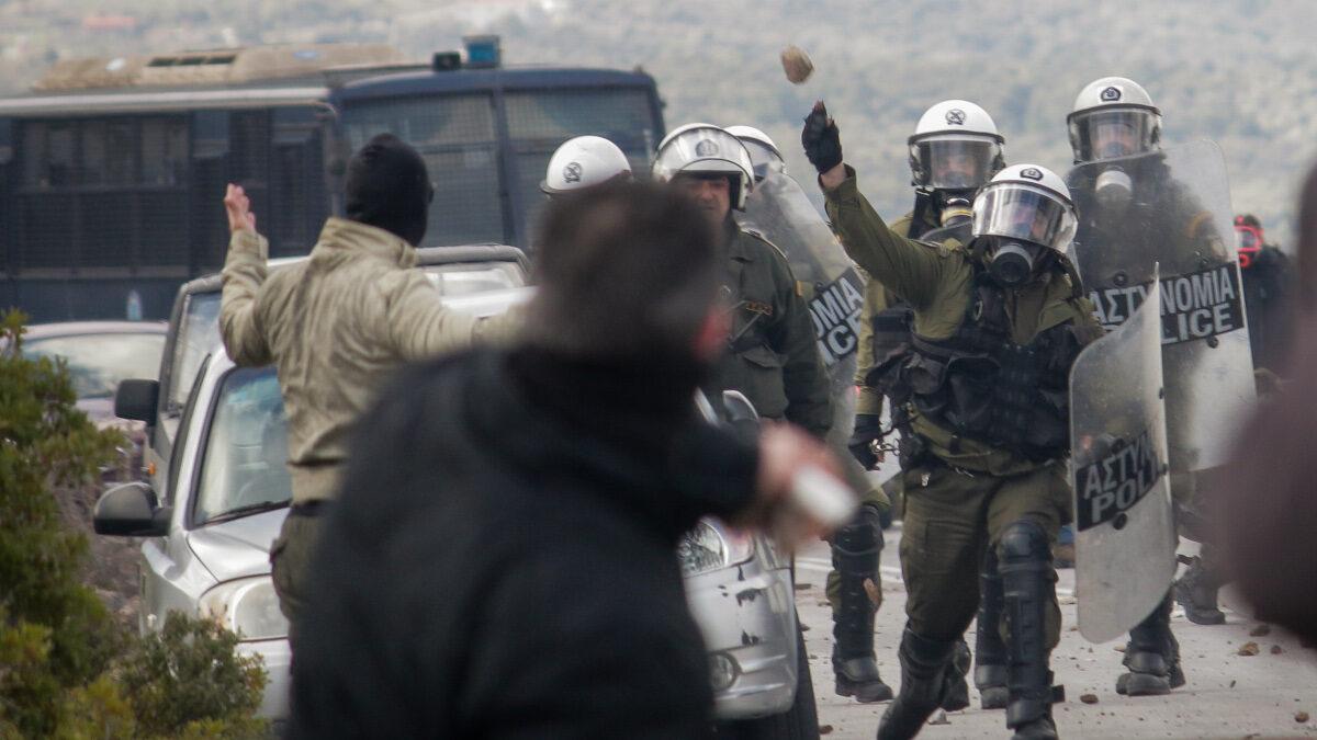 ΜΑΤ στη Λέσβο - Καταστολή -πέτρα κατά διαδηλωτή 25-2-2020