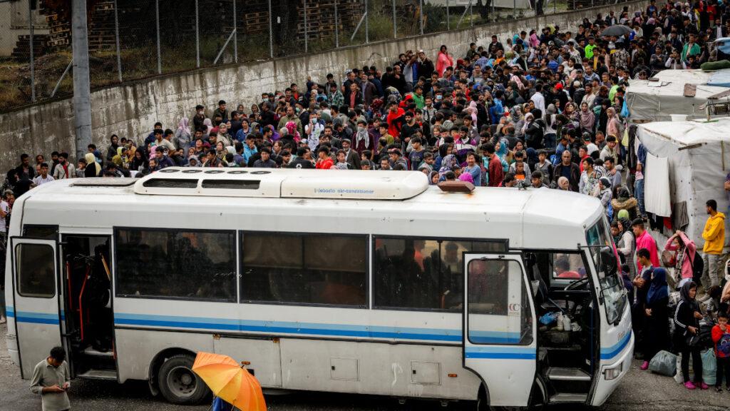 μεταφορά μεταναστών από τη Μόρια της Λέσβου με λεωφορεία