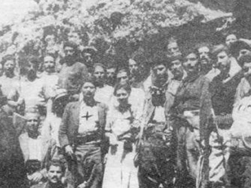 Ο Μπαντουβάς (σημειωμένος με σταυρό) ανάμεσα στα μέλη της συμμορίας του