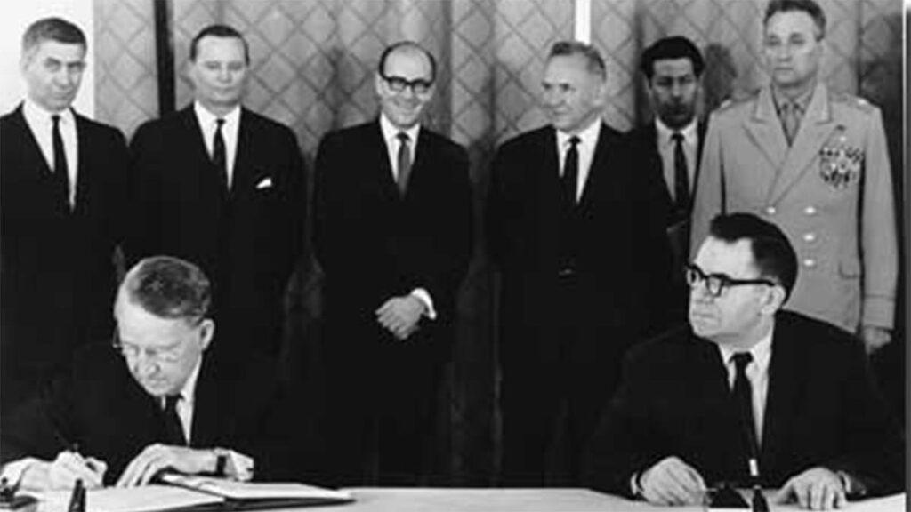 Η υπογραφή της Συνθήκης από τους υπ. Εξωτερικών της ΕΣΣΔ (δεξιά) και των ΗΠΑ (αριστερά)
