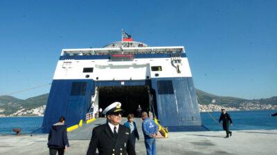 """Επιβατηγό - Οχηματαγωγό """"Νήσος Σάμος"""" δεμένο στο λιμάνι της Σάμου"""