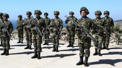 Στρατιώτες Εθνοφυλακής στο φυλάκιο στο Αγαθονήσι