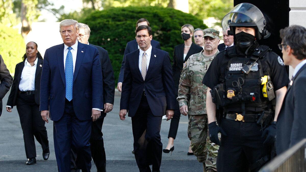 Ο Ντ. Τραμπ με τον υπουργό Άμυνας Μαρκ Έσπερ