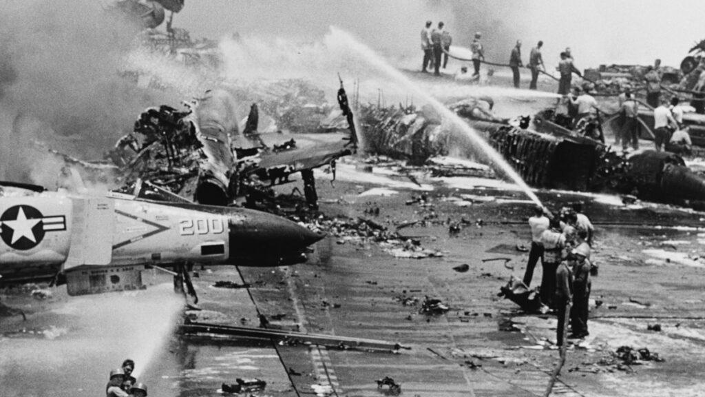 Το Αεροπλανοφόρο των ΗΠΑ, USS Forrestal (CVA-59) καίγεται ανοιχτά των ακτών του Βιετνάμ - 29/7/1967