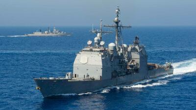Το Αντιτορπιλικό USS San Jacinto (CG 56), σε πρώτο πλάνο και η Φρεγάτα Αιγαίο του Πολεμικού Ναυτικού (F460) στο βάθος. Συνεκπαίδευση με το Αεροπλανοφόρο USS Dwight D. Eisenhower (CVN 69) και την συνοδεία του στο Μυρτώο και Λιβυκό Πέλαγος