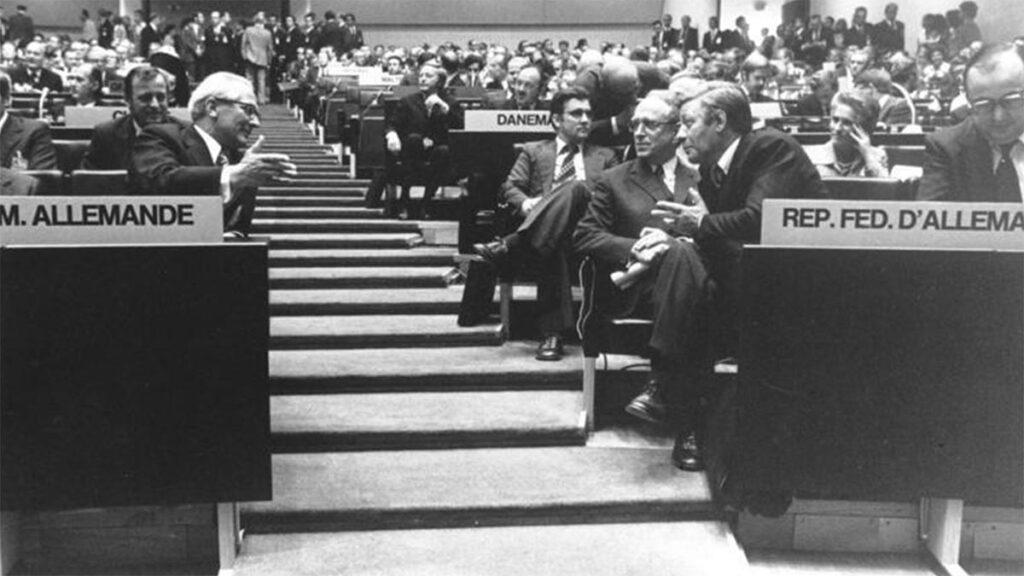Ο Έρικ Χόνεκερ και ο Χέλμουτ Σμίτ κατά την διάρκεια της Συνόδου του Ελσίνκι