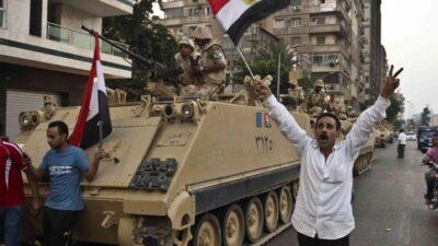 Αιγύπτιοι χαιρετίζουν την επέμβαση του στρατού