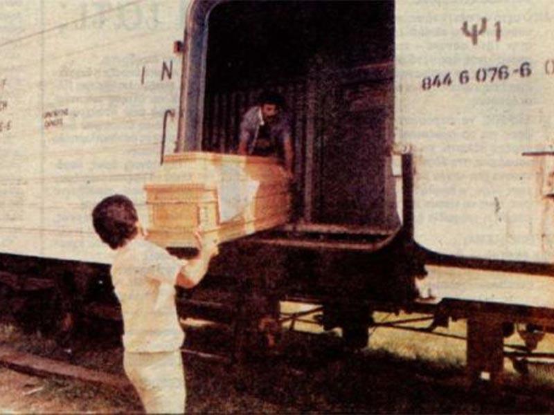 Νεκροί από τον καύσωνα μεταφέρονται σε τραίνα.