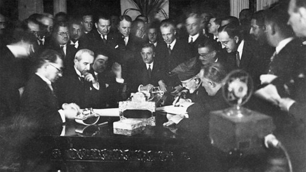 Ο Ελ. Βενιζέλος υπογράφει την Συνθήκη της Λωζάνης
