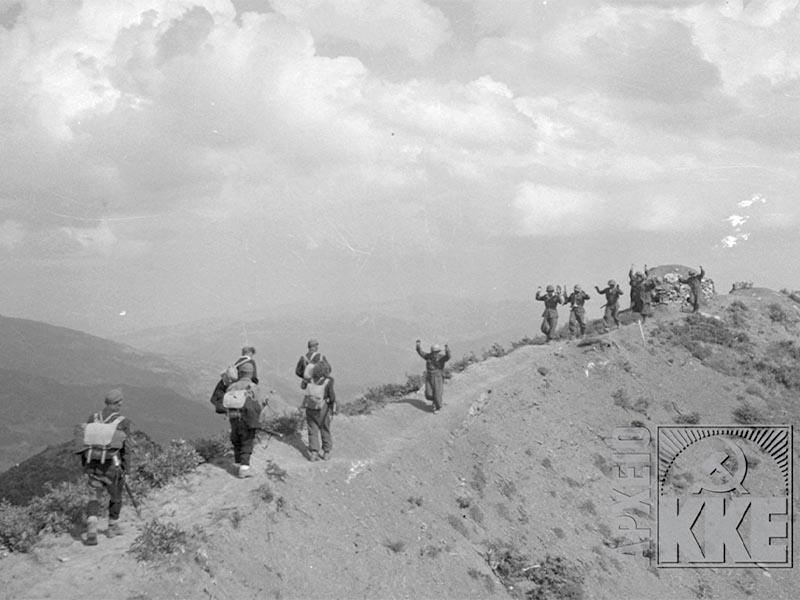 Στρατιώτες του Εθνικού Στρατού παραδίδονται σε τμήμα του ΔΣΕ (πηγή: Αρχείο ΚΚΕ)