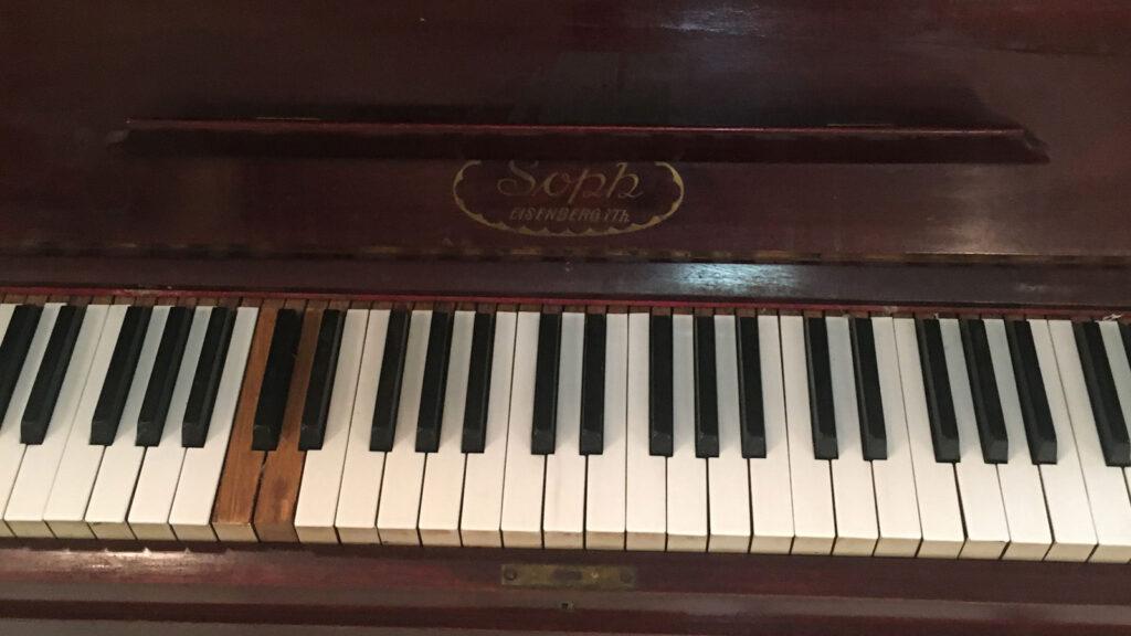 Το πιάνο του Μάνου Λοΐζου - Στέκι Πολιτισμού & Νεανικής Δημιουργίας της ΚΝΕ