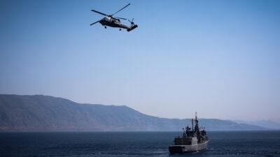 Άσκηση του Πολεμικού Ναυτικού- πλοίο και ελικόπτερο