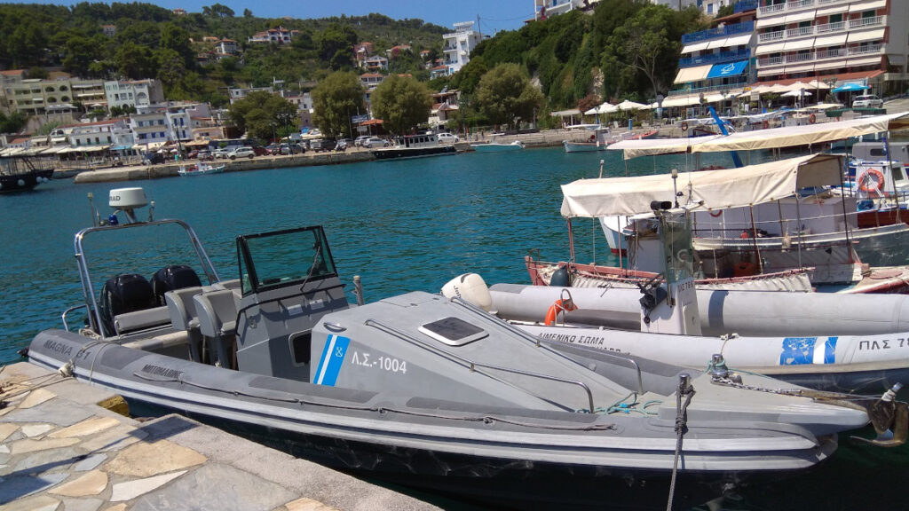 Πλωτό του Λ.Σ-ΕΛ.ΑΚΤ (ΠΛΣ 1004) στο λιμάνι Πατητήρι Αλοννήσου, Βόρειες Σποράδες