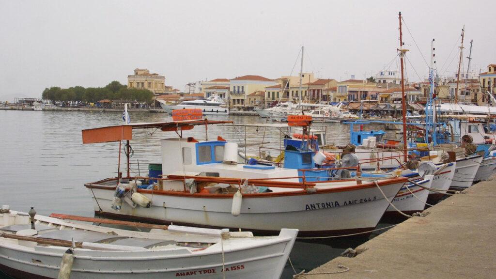 Ψαράδικα - Καΐκια στο λιμάνι της Αίγινας