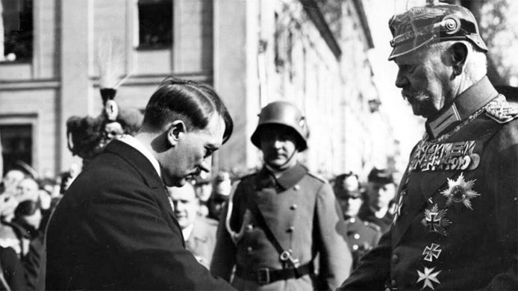 Ο Χίτλερ με τον Χίντεμπουργκ (πηγή: Bundesarchiv)