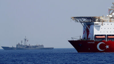 """Τουρκία - Το πλωτό γεωτρύπανο """"YAVUZ"""" με τη συνοδεία της Φρεγάτας """"TCG Gemlik"""" (F492)"""