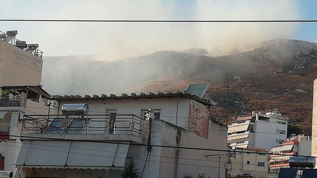 Πυρκαγιά σε θαμνώδη έκταση στη Νίκαια 11/8/2020