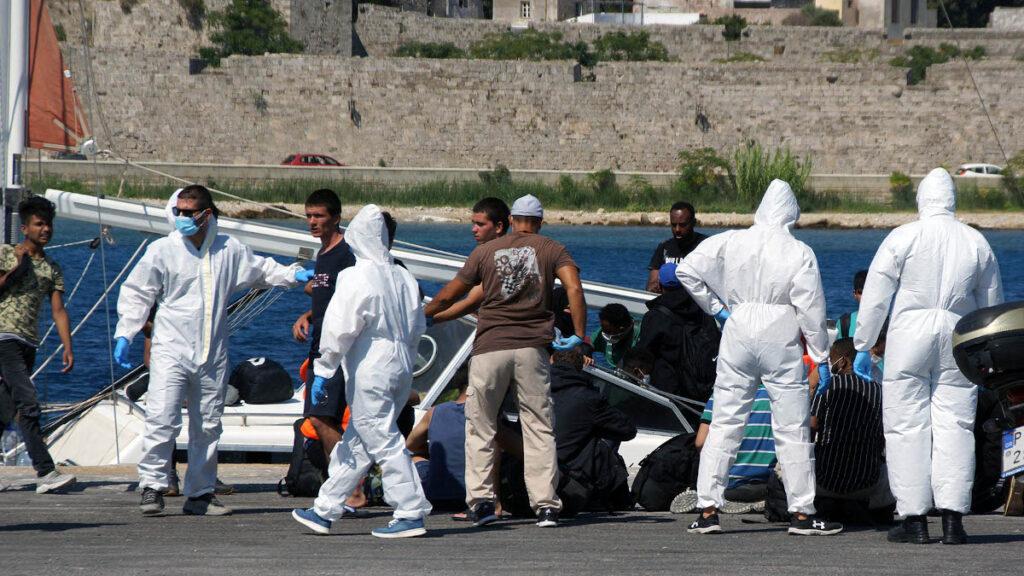 Ιστιοφόρο με 50 μετανάστες που εξέπεμψε σήμα κινδύνου ρυμουλκήθηκε στο λιμάνι της Ρόδου