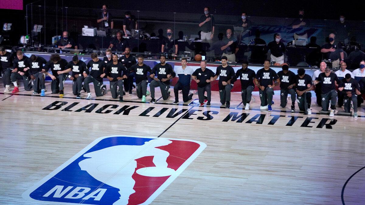 Οι παίκτες της Milwaukee Bucks αρνούνται να κατέβουν στον προγραμματισμένο αγώνα των playoffs του NBA με τους Orlando, σε ένδειξη διαμαρτυρίας για τη ρατσιστική στάση της Αστυνομίας του Γουισκόνσιν 26/8/2020 - Μαζί τους οι παίκτες των Boston Celtics