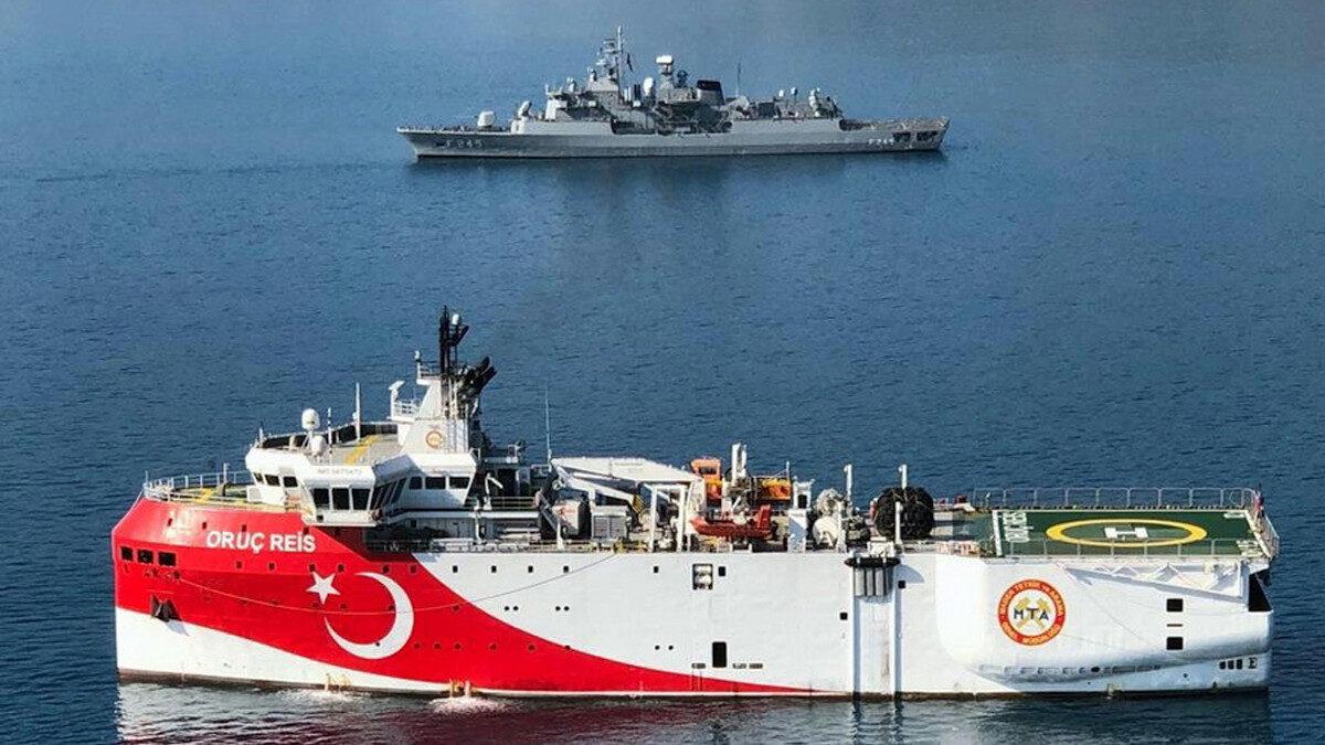 Το τουρκικό ερευνητικό πλοίο ORUC REIS με τη συνοδεία της Φρεγάτας TCG ORUCREIS (F245