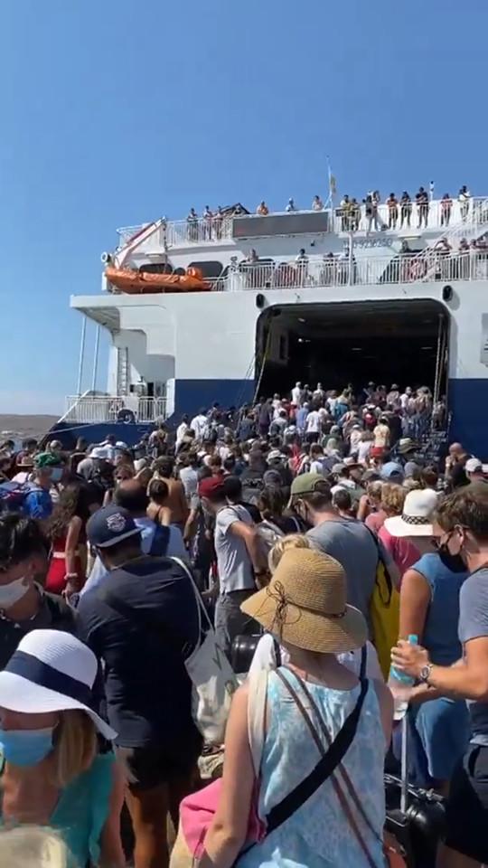 Συνωστισμός στον καταπέλτη του Worldchampion JET της SEAJETS στο λιμάνι της Πάρου μετά την αύξηση της πληρότητας από την Κυβέρνηση