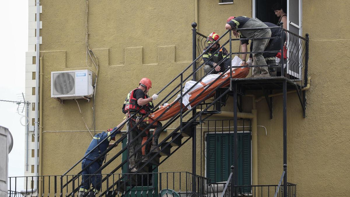 Από τις καταστροφικές πλημμύρες στην Εύβοια 9/8/2020 Μεταφορά Τραυματία - Πυροσβέστες