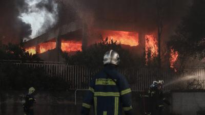 Πυρκαγιά σε εργοστάσιο πλαστικών στη Μεταμόρφωση Αττικής