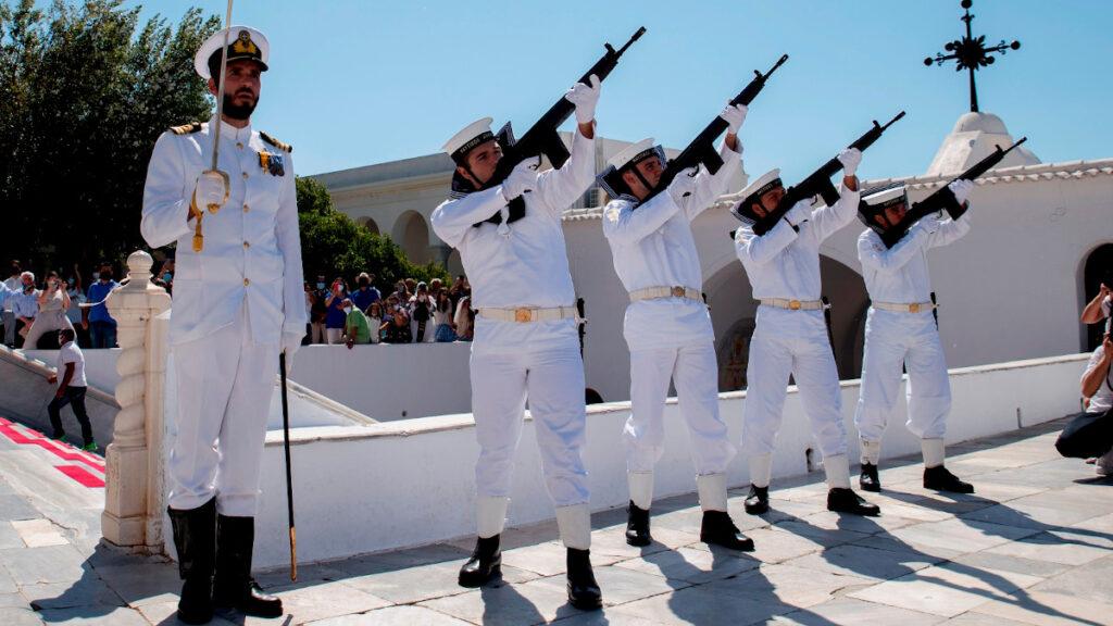ναύτες σε τιμητικές βολές - στρατευμένοι