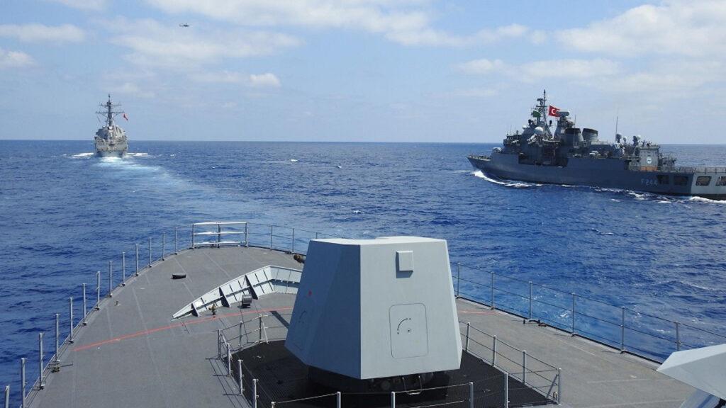Συνεκπαίδευση τουρκικού Πολεμικού Ναυτικού με τις ΗΠΑ. Η τουρκική Φρεγάτα TCG BARBAROS και κορβέτα TCG BURGAZADA σε σχηματισμό με το αμερικάνικο Αντιτορπιλικό USS WINSTON S. CHURCHILL