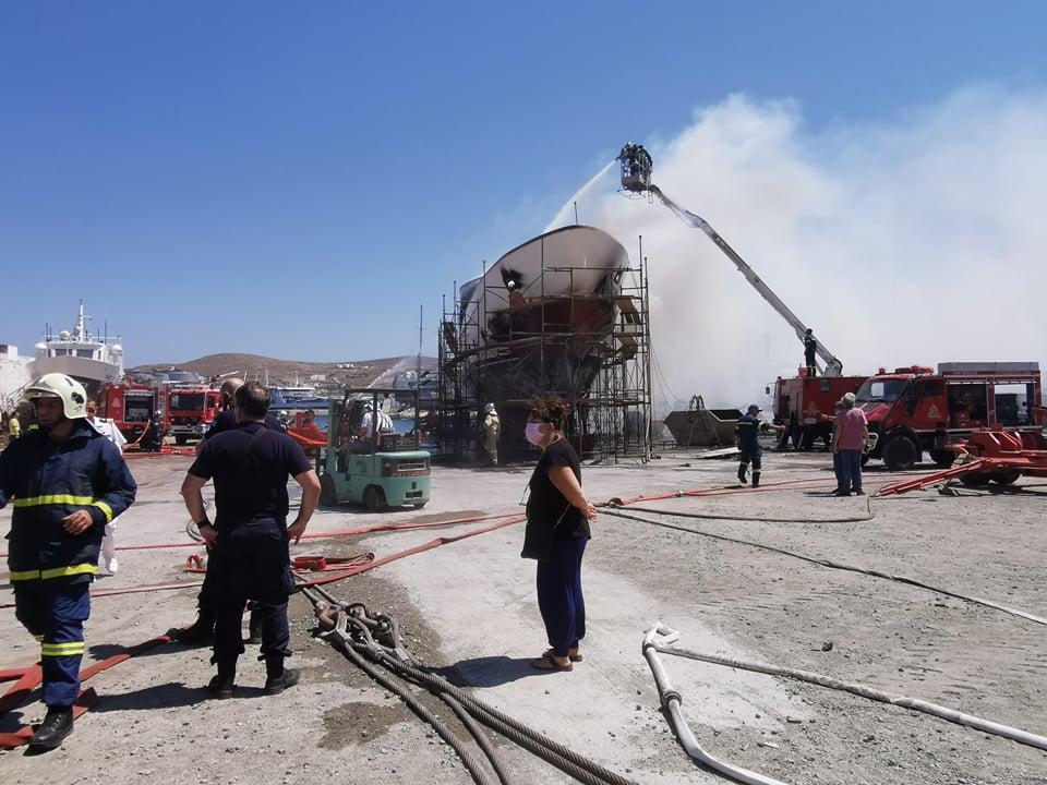 Πυρκαγιά σε κατασχεμένη Θαλαμηγό στον Ταρσανά στη Σύρο