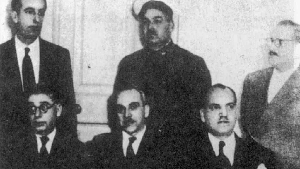 Ο Κώστας Θέος (καθιστός αριστερά) με το προεδρείο της Ενωτικής ΓΣΕΕ