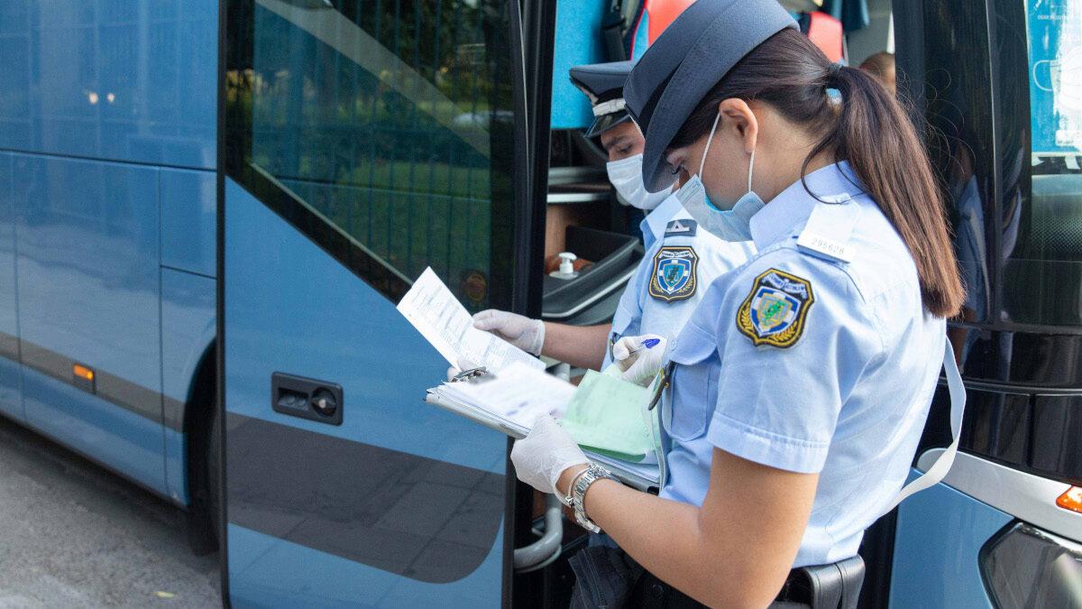 Αστυνομικοί έλεγχοι για την τήρηση των μέτρων κατά της πανδημίας σε λεωφορεία