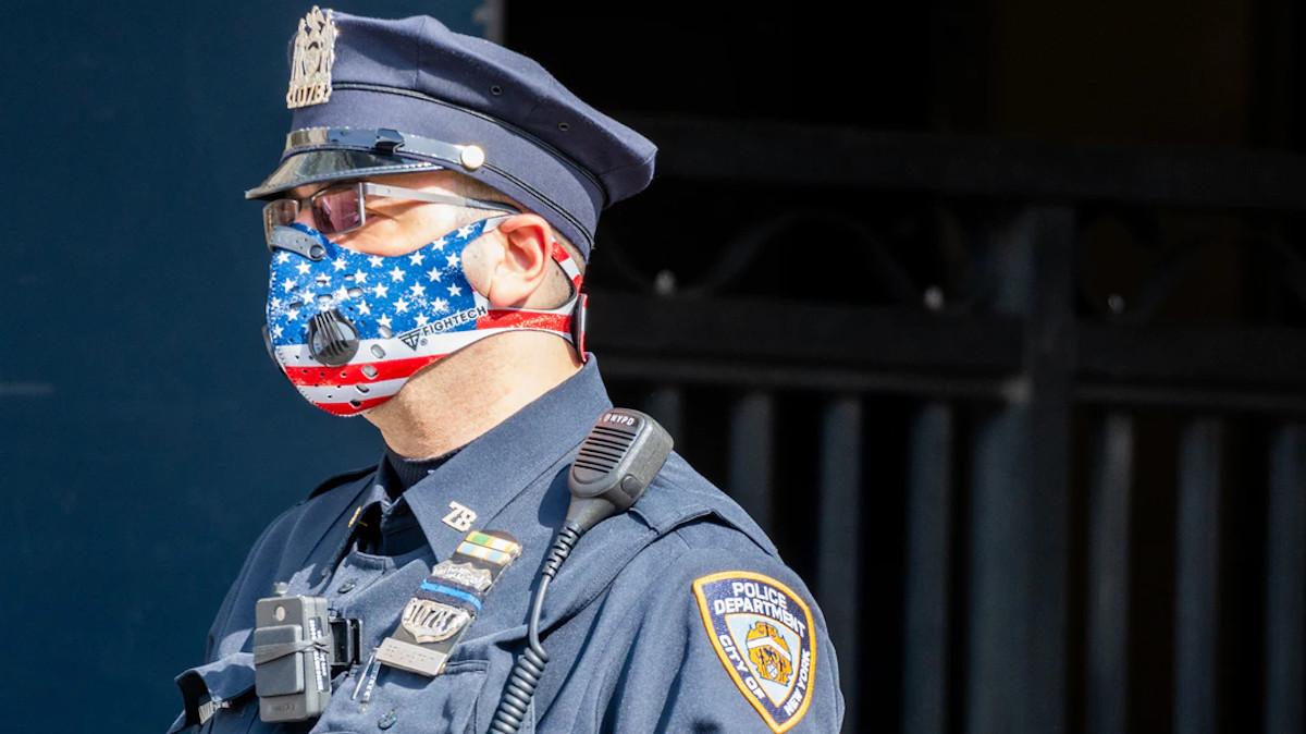 Αστυνομικός της Νέας Υόρκης (ΗΠΑ) με μάσκα