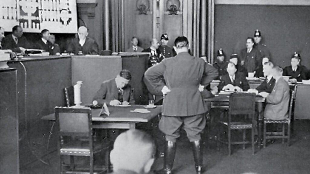 Ο Γκ. Ντιμιτρόφ (στο βάθος όρθιος) αντιμετωπίζει τον Χ. Γκαίρινγκ (με την πλάτη στο φακό) κατά την διάρκεια της δίκης