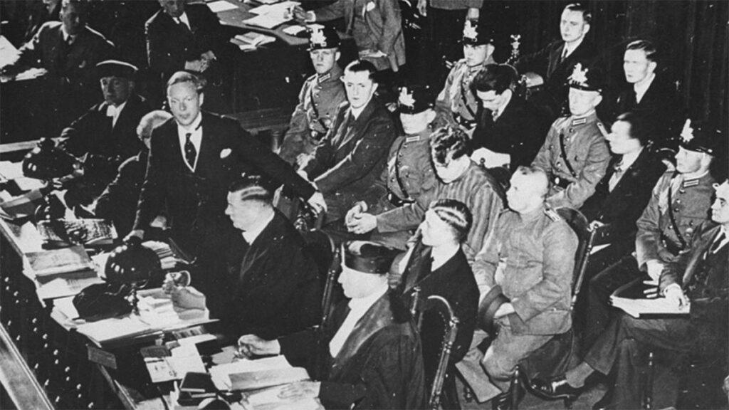 Ο Γκ. Ντιμιτρόφ (δεξιά στην τέταρτη σειρά) στο εδώλιο. Διακρίνεται με την ριγέ στολή ο Βαν ντεν Λούμπεν
