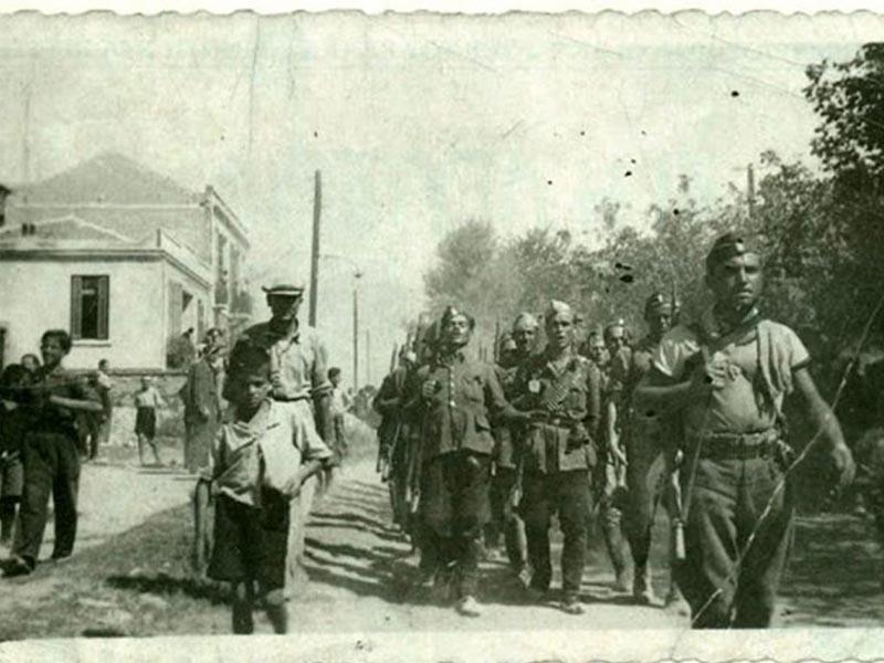 Τμήματα του ΕΛΑΣ παρελαύνουν στις Σέρρες το 1944