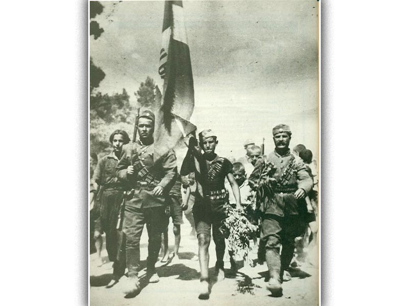 Η σημαία του ΕΛΑΣ κυματίζει στις ελεύθερες Σέρρες το 1944