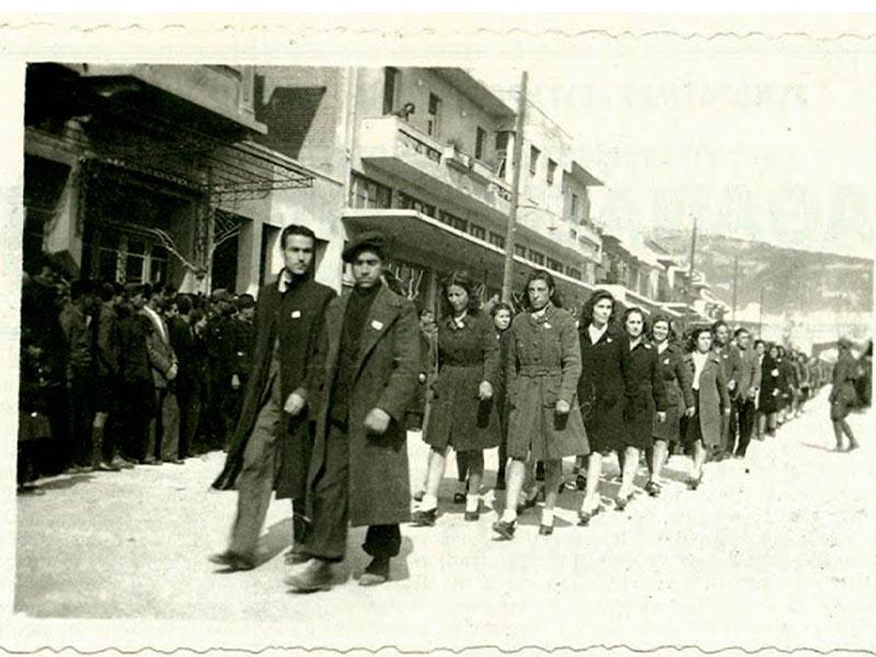Γυναίκες και άντρες του ΕΛΑΣ εισέρχονται στις Σέρρες το 1944