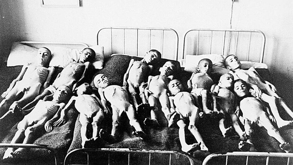 Παιδιά σκελετωμένα από την πείνα στην Κατοχή