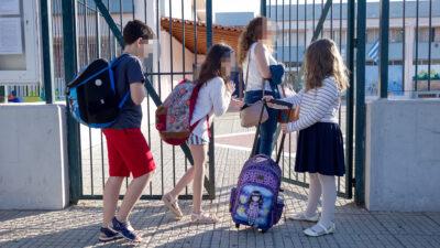 Μαθητές κι εκπαιδευτικός στην είσοδο του σχολείου κατά την έναρξη της σχολικής χρονιάς